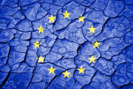 crisis economica: Bandera de la Unión Europea en el fondo agrietado