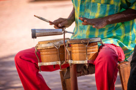 Street musician playing drums in Trinidad, Cuba 免版税图像