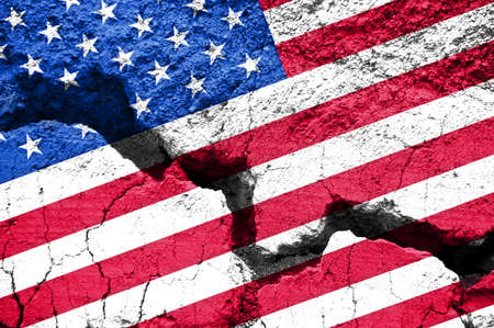 koncept: Praca, American flag na pęknięty tle