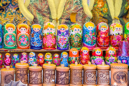 muñecas rusas: Display of colorful russian dolls (matryochkas) in Russia