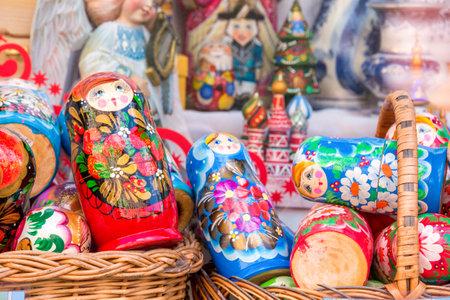 muñecas rusas: Pantalla de matryoshkas de colores (muñecas rusas) en Moscú, Rusia