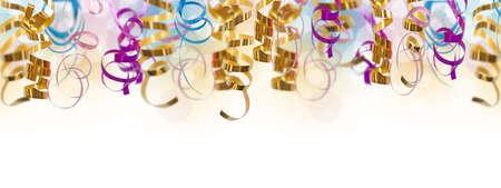 serpentinas: Vacaciones de colores de fondo panorámico con rizado cintas en blanco