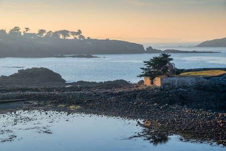 iluminado a contraluz: Costa de Bretaña en Saint Briac cerca de Saint-Malo, Francia