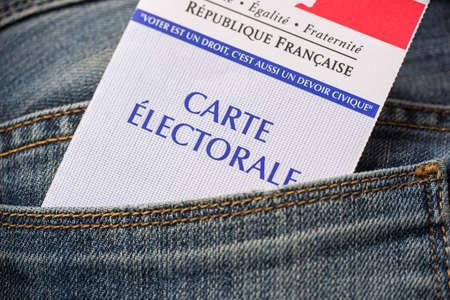 2017 大統領選挙概念、ジーンズの背面ポケットにフランスの選挙カード
