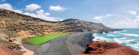 Laguna Verde、緑湖ランサローテ島、カナリア諸島、スペインでエル Golfo の村の近くのパノラマ