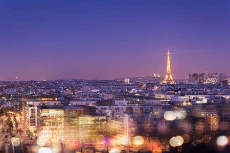 sacre coeur: Tour Eiffel illuminée la nuit avec des lumières de bokeh, Montmartre en arrière-plan, Paris France Éditoriale