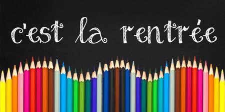 C'est la rentree (betekent Terug naar schoo in het Frans) geschreven op een zwarte raadsachtergrond met een golf van kleurrijke houten potloden