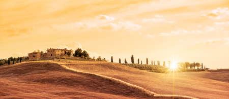 Beau paysage panoramique typique de la Toscane au coucher du soleil, Italie
