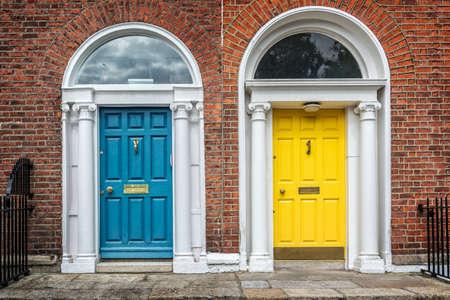 ダブリン、ダブリン、アイルランドのジョージ王朝の典型的なアーキテクチャの例の青と黄色の古典的なドア