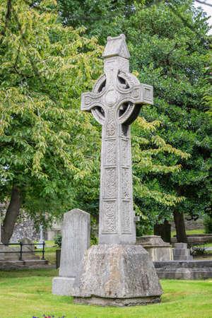 Croce irlandese al cimitero della cattedrale di San Patrizio a Dublino, in Irlanda Archivio Fotografico - 84619414