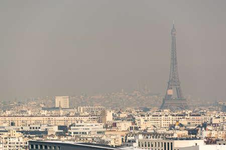 Vue aérienne de la tour Eiffel dans le brouillard à Paris. Concept de pollution de l'air de la ville