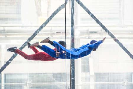 Parachutisten in windtunnel binnenshuis, vrije val simulator
