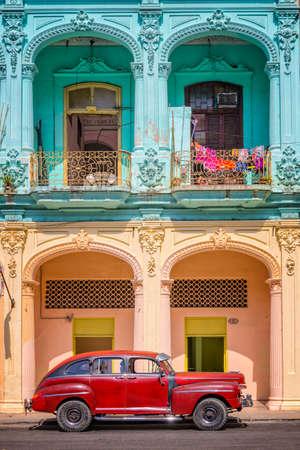 Klasyczny samochód zabytkowy i kolorowe budynki kolonialne w Starej Hawanie na Kubie Zdjęcie Seryjne