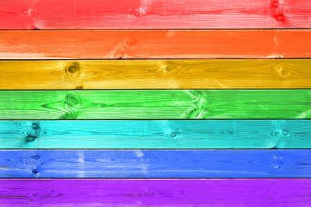 Pastellfarbener bunter Regenbogen gemalter hölzerner Plankenhintergrund, Flaggenkonzept Standard-Bild