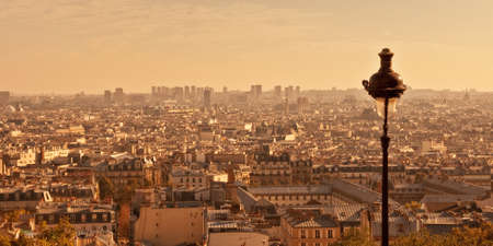Aerial view of Paris from Montmartre hill at sunset, France 免版税图像