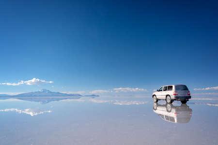 Spiegeleffekt und Reflexionen eines 4x4-Autos in Salar de Uyuni (Uyuni-Salinen), Potosi, Bolivien, Südamerika