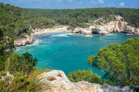Spiaggia di Cala Mitjana a Minorca, isole Baleari, Spagna