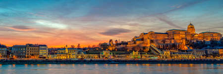 Panorama of Buda castle and the Danube river in Budapest at sunset, Hungary Banco de Imagens