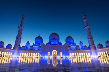 Sheikh Zayed Grand Mosque in Abu Dhabi near Dubai illuminated at night, United Arab EMirates 新聞圖片