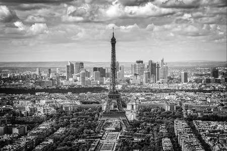 Malerische Luftaufnahme von Paris mit dem Eiffelturm und der Skyline des Geschäftsviertels La Defense, schwarz und weiß