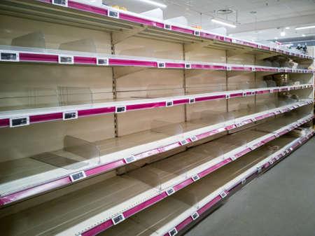 Étagères vides dans les supermarchés en raison de la panique de l'épidémie de coronavirus covid-19. Pénurie d'approvisionnement alimentaire à Paris France