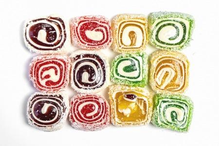 Fondo de caramelo dulce. Caramelos de colores sobre fondo blanco. Vista superior
