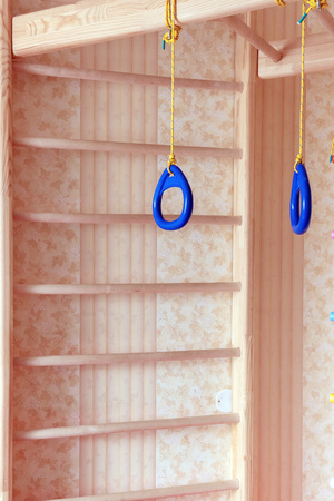 Baby wall bars. Children's sports complex. Ladders, gymnastic sports rings Imagens