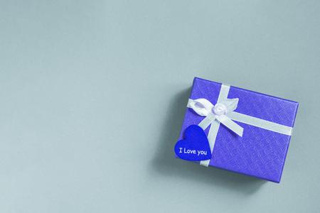 蓝色背景上有爱心的蓝色礼盒