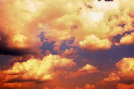 Tramonto drammatico nel cielo. Sfondo naturale astratto vivido. cielo arancione