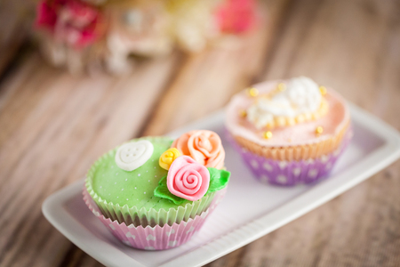 sugarpaste: Shabby chic cupcakes decorated with sugarpaste flowers