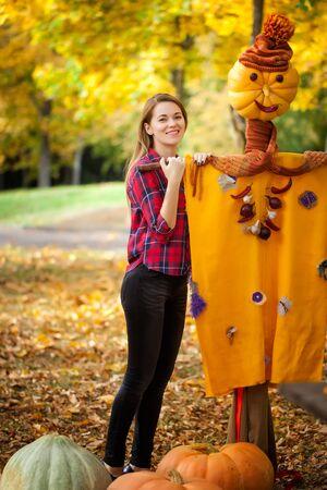 espantapajaros: Chica con un espantapájaros Foto de archivo