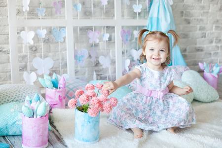 穏やかなパステル春の装飾でかわいい女の子 写真素材