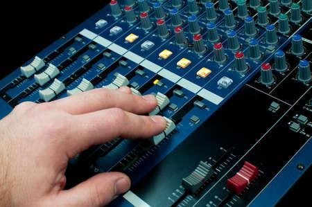 musik: Hand bet?tigt Fader auf einem Tonmischpult Stock Photo