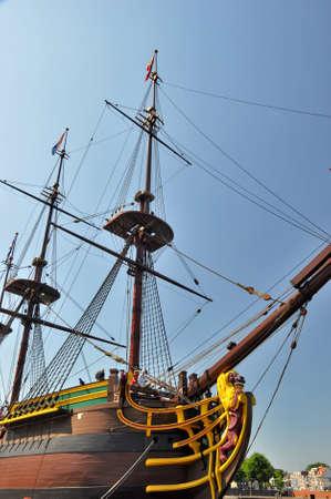 Scheepvaartmuseum, Amsterdam - 25 juli 2012: Reconstructie van de Nederlandse Oost-Indische Compagnie (VOC) het schip 'Amsterdam' in de haven van Amsterdam in de buurt van het Marine Museum. Scheepstype: Oost-Indiëvaarders