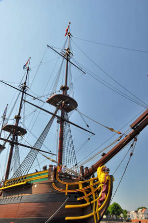 Scheepvaartmuseum, Amsterdam - July 25, 2012: Reconstruction of the Dutch East India Company (VOC) ship Amsterdam in the harbour of Amsterdam near the Marine Museum. Shiptype: East Indiamen 新聞圖片