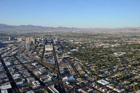 luft: Las Vegas, USA - August 10, 2010: Amerkanische Stadtansicht (Las Vegas) mit Blick auf Vorstadt, Straßen und Verbauung