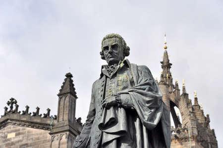 Edinburgh, Großbritannien - 7. Juli 2010: Statue von Adam Smith in Edinburgh vor St.Giles Kathedrale am Parliament Square. Standard-Bild - 57779276