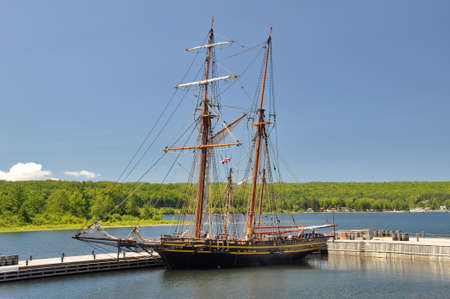 topsail: British topsail schooner HMS Tecumseth at Discovery Harbour historical site in Penetanguishene, Ontario. The Brithsh had a naval base at the Great Lakes in the first half of the 19th century.