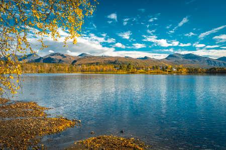 Blick über die Övre Saetervatnet, Nordland, Norwegen an einem sonnigen Herbsttag Standard-Bild