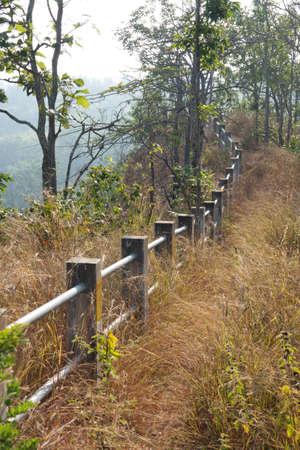 El camino a la valla a lo largo de las colinas Foto de archivo - 71242814