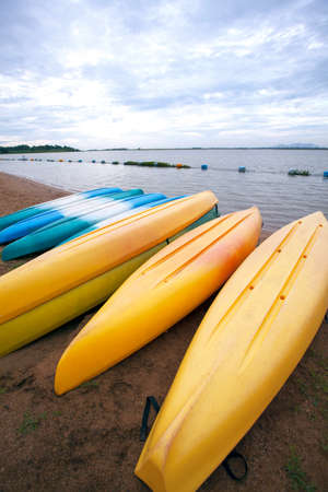 fibra de vidrio: Kayaks atracados