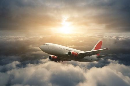 Vliegtuig in de hemel bij zonsondergang - personenvervoer passagiersvliegtuig / vliegtuigen