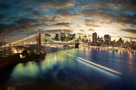 skyline nyc: Impresionante paisaje urbano de Nueva York - tras la puesta de sol