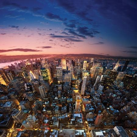 aerial: Grande mela dopo il tramonto - new york manhattan di notte
