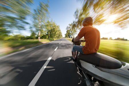 casco moto: Jinete en motocicleta en carretera parkway hermosa - naturaleza