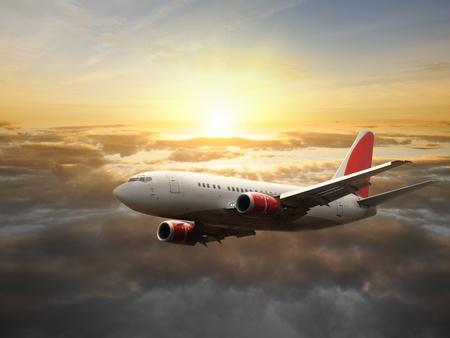 Avion dans le ciel au coucher du soleil - avion de passagers  avion