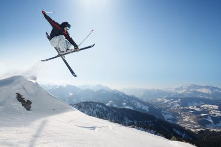 skieer: Springen skiër Stockfoto