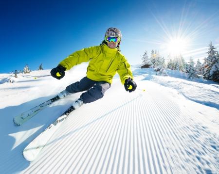 ski�r: Skiër op pise in het hooggebergte Stockfoto