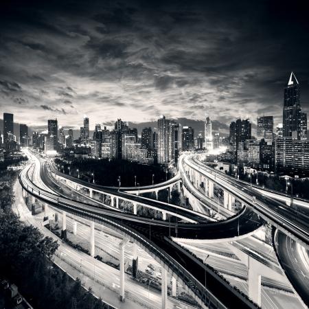Shanghai City bij zonsondergang met licht paden