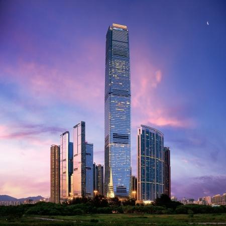 Geweldige stadsbeeld van HongKong bij zonsondergang